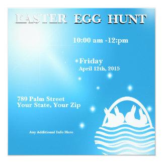 Conejos en una invitación de la caza del huevo de