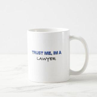 Confíe en que yo es abogado tazas