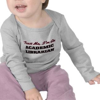 Confíe en que yo es bibliotecario académico camiseta