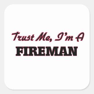 Confíe en que yo es bombero calcomanías cuadradass personalizadas