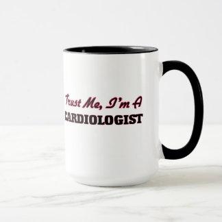 Confíe en que yo es cardiólogo taza