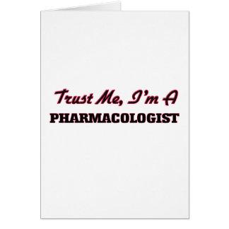 Confíe en que yo es farmacólogo tarjeta