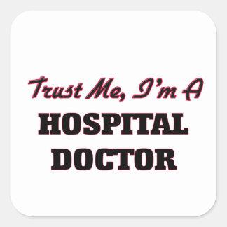 Confíe en que yo es médico de hospital calcomanía cuadradas