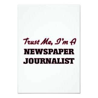 Confíe en que yo es periodista del periódico invitación 8,9 x 12,7 cm