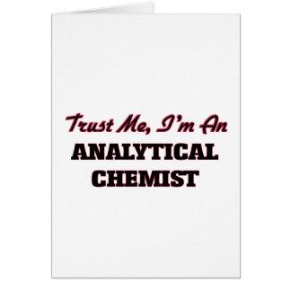 Confíe en que yo es químico analítico tarjeta de felicitación
