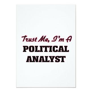 Confíe en que yo es un analista político invitación 12,7 x 17,8 cm