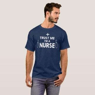 Confíe en que yo es una camiseta de la oscuridad