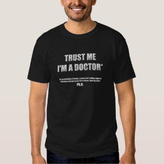 Confíe en que yo es una camiseta oscura de los