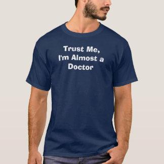 Confíeme en, yo casi son un doctor camiseta