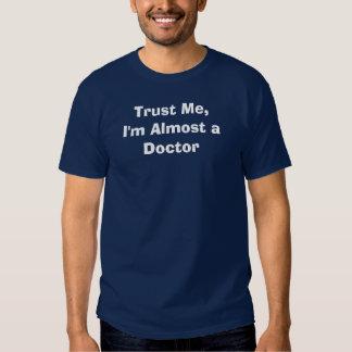 Confíeme en, yo casi son un doctor camisetas