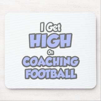 Consigo alto en fútbol que entrena tapetes de ratones