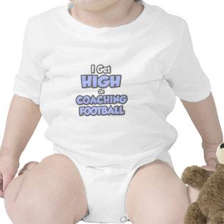 Consigo alto en fútbol que entrena camisetas
