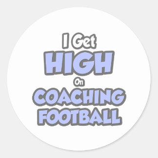 Consigo alto en fútbol que entrena etiquetas redondas