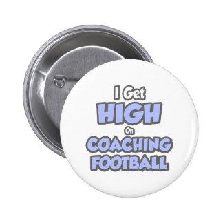Consigo alto en fútbol que entrena pins