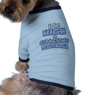 Consigo alto en fútbol que entrena camiseta de perrito