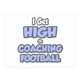Consigo alto en fútbol que entrena tarjetas postales