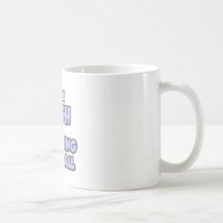Consigo alto en fútbol que entrena tazas de café