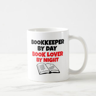 Contable del aficionado a los libros del día por taza de café