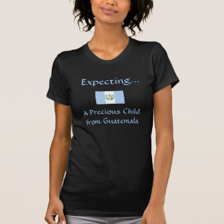 Contar con a un niño precioso de Guatemala Camisetas
