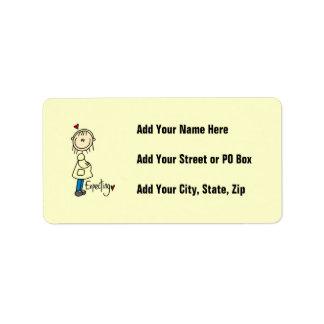 Contar con las camisetas y los regalos del bebé etiquetas de dirección