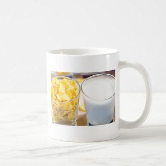 Copos de maíz y leche para el desayuno taza de café