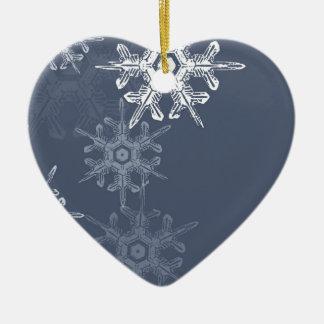 Copos de nieve azules/grises sofisticados adorno de cerámica en forma de corazón