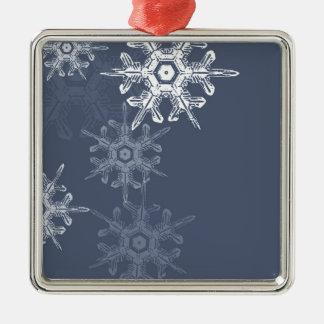 Copos de nieve azules/grises sofisticados adorno cuadrado plateado