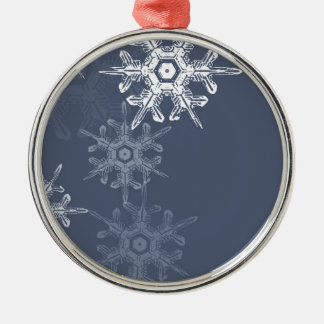 Copos de nieve azules/grises sofisticados adorno redondo plateado