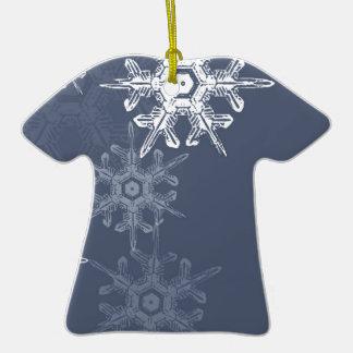 Copos de nieve azules/grises sofisticados adorno de cerámica en forma de camiseta