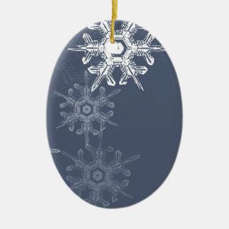 Copos de nieve azules/grises sofisticados adorno ovalado de cerámica