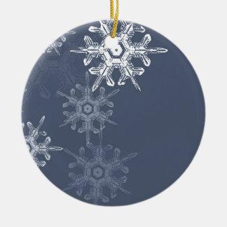 Copos de nieve azules/grises sofisticados adorno redondo de cerámica