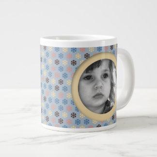 Copos de nieve azules y beige taza de café grande
