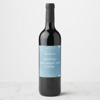 Copos de nieve blancos en etiqueta azul del vino