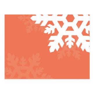Copos de nieve brillantes, blancos contra rosa postal