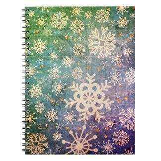 Copos de nieve en el teñido anudado azul del dril cuaderno
