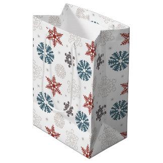 Copos de nieve patrióticos rojos y azules en el bolsa de regalo mediana