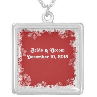 Copos de nieve rojos que casan el collar