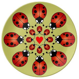 Corazón afortunado de los círculos de las mariquit plato de cerámica