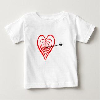 Corazón blanco con flecha camiseta de bebé