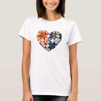 Corazón colorido del edredón de remiendo camiseta