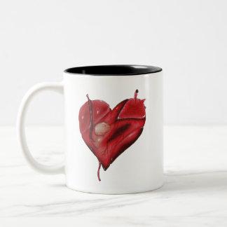 Corazón del tatuaje en la taza con el interior