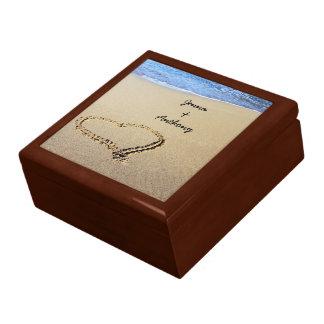 Corazón dibujado en la plantilla de la arena cajas de joyas