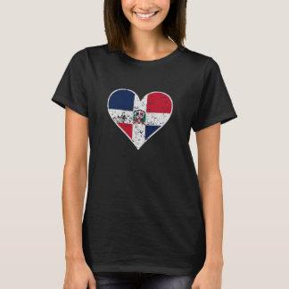 Corazón dominicano apenado de la bandera camiseta