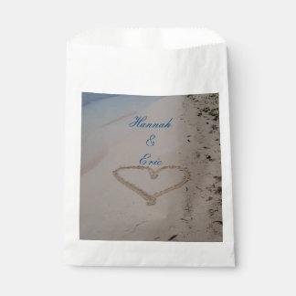 Corazón en el boda de playa de la arena bolsa de papel