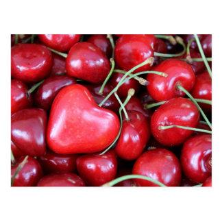 corazón en las cerezas postal