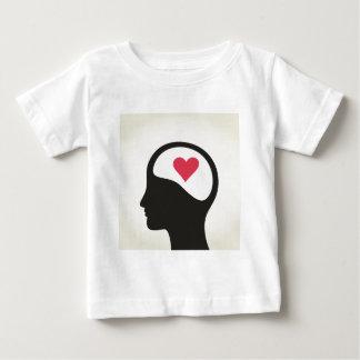 Corazón en una cabeza camiseta de bebé