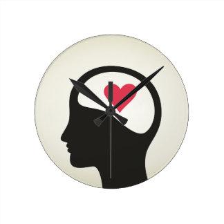 Corazón en una cabeza reloj redondo mediano
