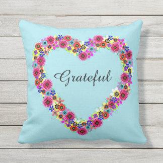 Corazón floral agradecido cojín decorativo
