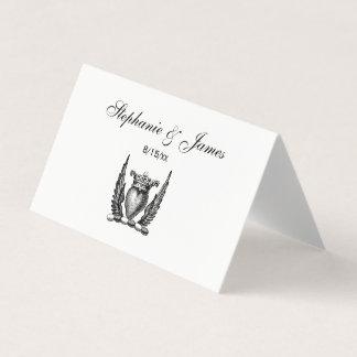 Corazón heráldico con el escudo del escudo de tarjeta de asiento