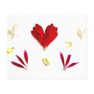 Corazón rojo de los pétalos de la flor lienzo